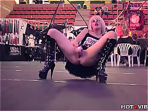 blond plays with her snatch and splashes in public